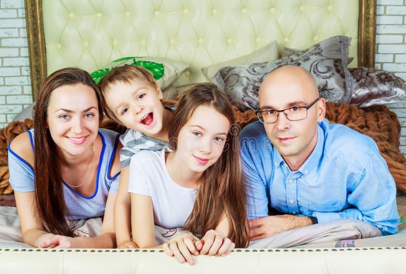 Pais com crianças em casa foto de stock royalty free