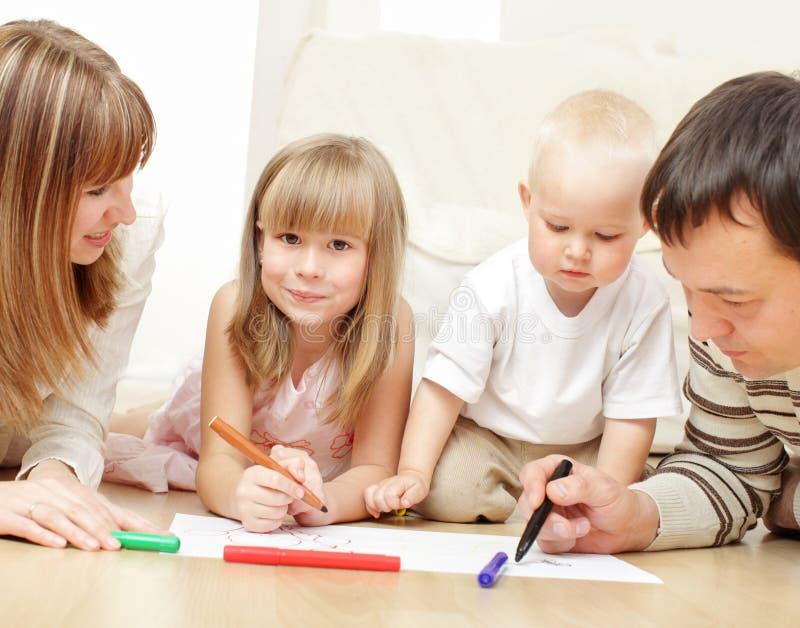Pais com crianças o desenho fotografia de stock