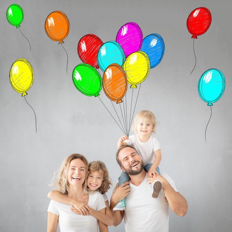 Pais com crianças se divertindo em casa imagem de stock