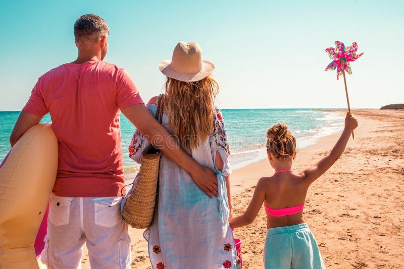 Pais com filhos no verão imagens de stock