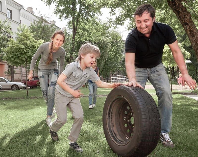 Pais com suas crianças que jogam no parque da cidade fotografia de stock royalty free
