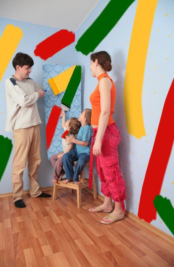 Pais da ajuda das crianças para fazer o quarto do reparo, colagem foto de stock royalty free