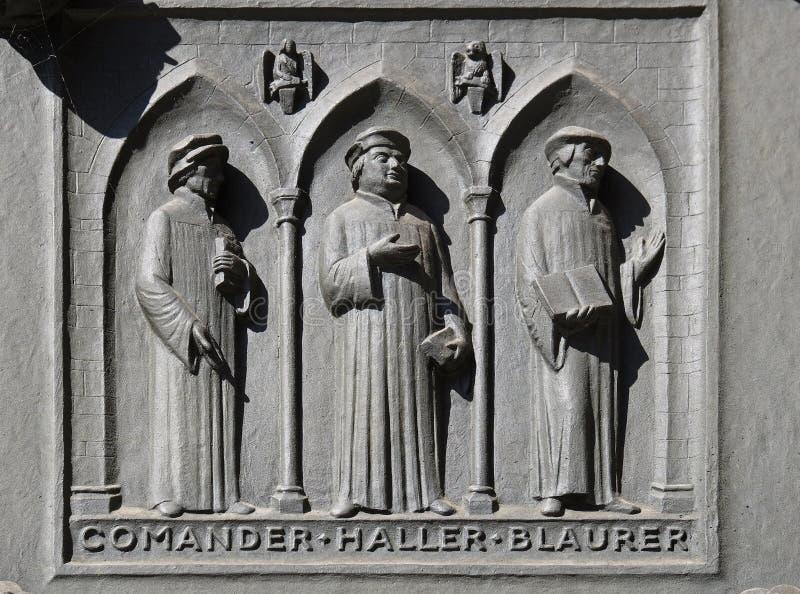 Pais das igrejas reformadas de Suíça: Comandante, Haller, Blaurer, porta da igreja de Grossmunster em Zurique fotos de stock royalty free