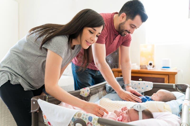 Pais de sorriso com bebês fotografia de stock royalty free