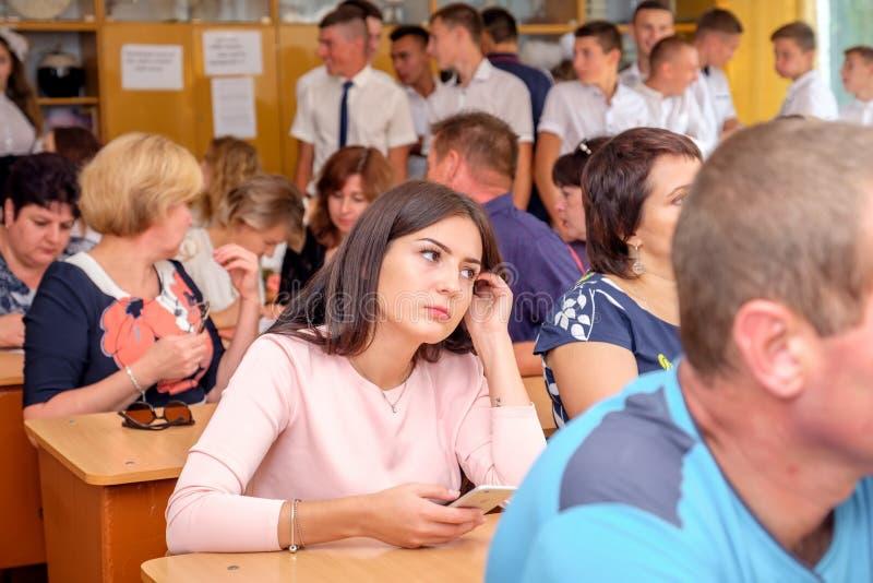 Pais e alunos na classe na reunião da escola foto de stock