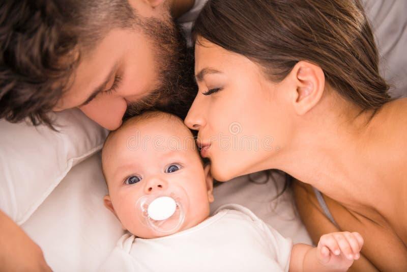 Pais e bebê fotos de stock