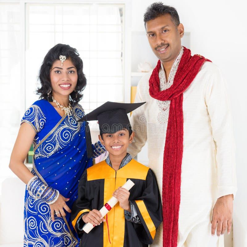 Pais e criança no dia graduado mais amável fotos de stock royalty free