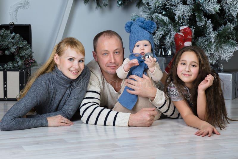 Pais e crianças felizes imagens de stock