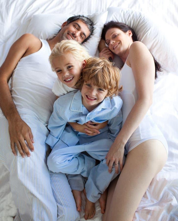 Download Pais E Crianças Felizes Junto Na Cama Foto de Stock - Imagem de senhora, horizontal: 10067174