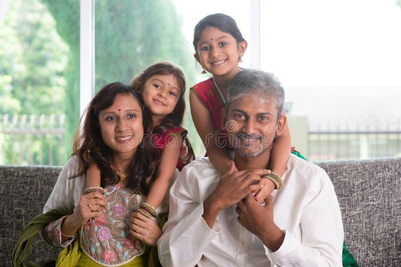 Pais e crianças indianos felizes imagem de stock royalty free