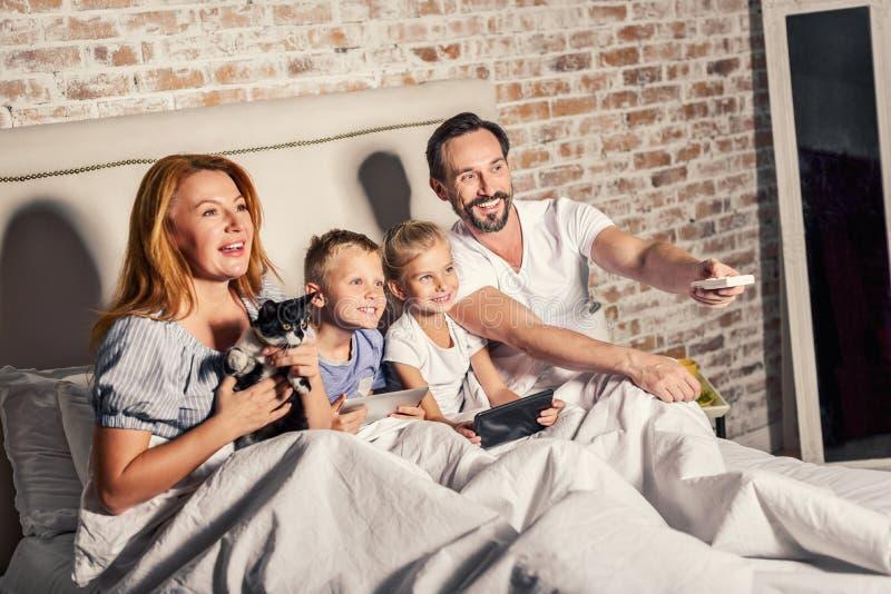 Pais e crianças que apreciam o tempo junto fotos de stock royalty free