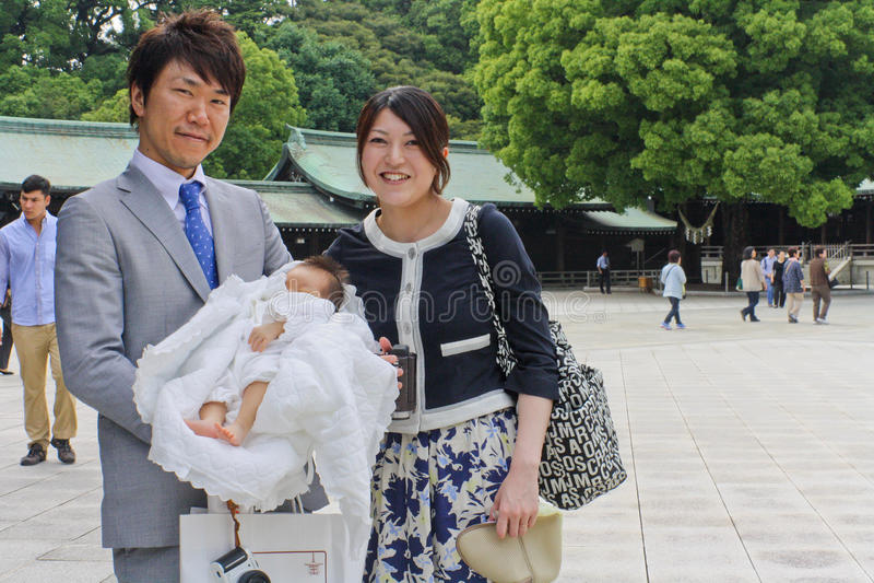 Pais e seu recém-nascido em Meiji Shrine no Tóquio fotos de stock