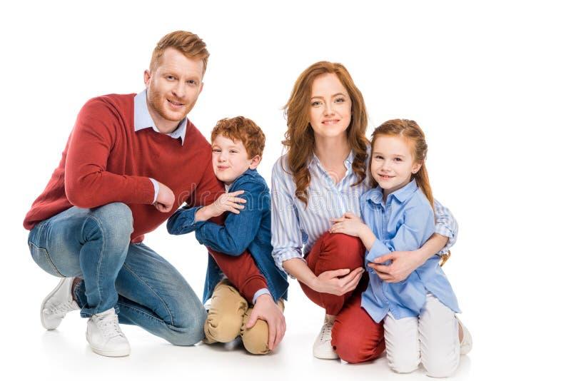 pais felizes com as crianças adoráveis que sorriem na câmera imagem de stock royalty free