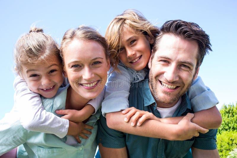 Pais felizes com suas crianças imagem de stock