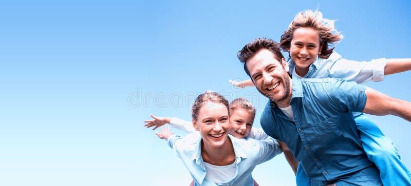 Pais felizes com suas crianças imagens de stock