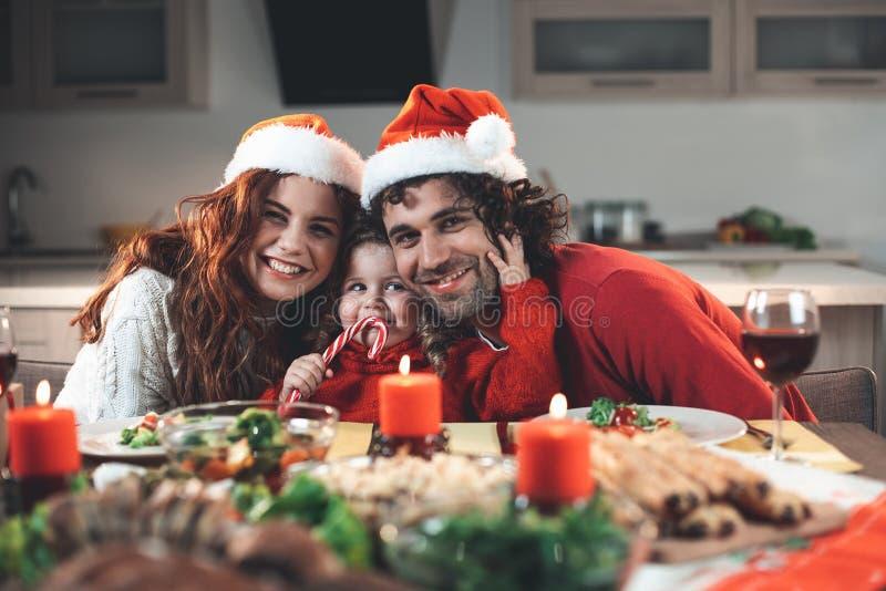 Pais felizes e filha que comemoram o Natal em casa fotografia de stock royalty free