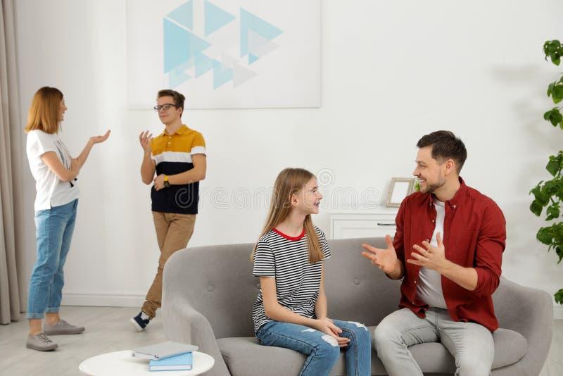 Pais felizes que falam com suas crianças do adolescente imagem de stock