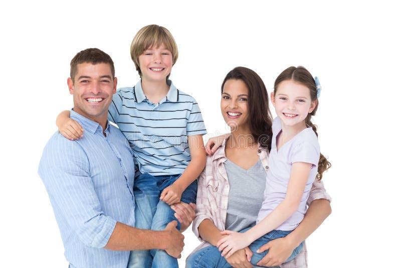 Pais felizes que levam crianças sobre o fundo branco foto de stock