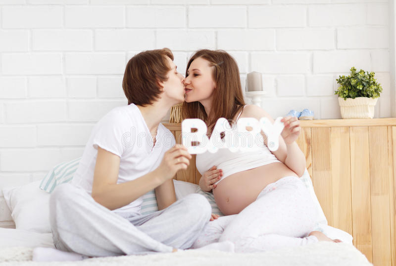 Pais futuros felizes, paizinho e uma mãe grávida na antecipação fotos de stock