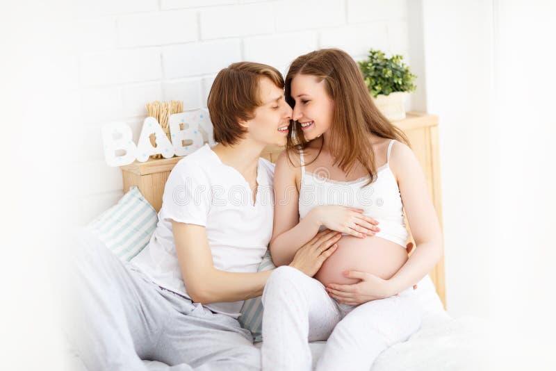 Pais futuros felizes, paizinho e uma mãe grávida na antecipação fotografia de stock royalty free
