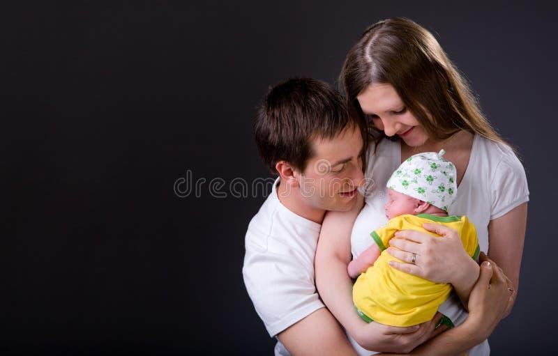 Pais novos felizes e menina recém-nascida imagens de stock royalty free