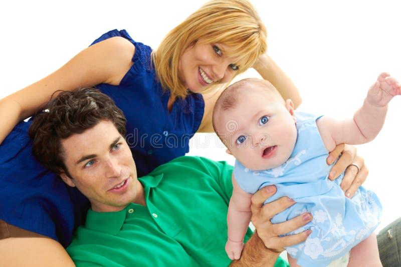 Pais novos orgulhosos com bebê imagem de stock