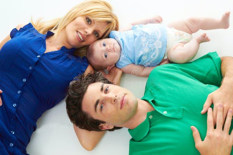 Pais novos orgulhosos com bebê foto de stock