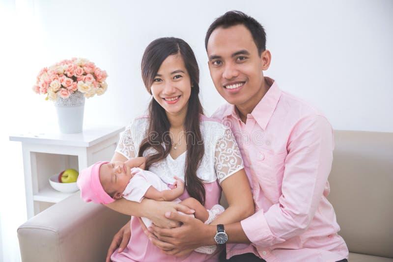 Pais orgulhosos com seu bebê de sono imagem de stock