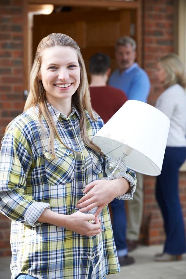 Pais que ajudam a filha adulta a mover-se na casa fotografia de stock