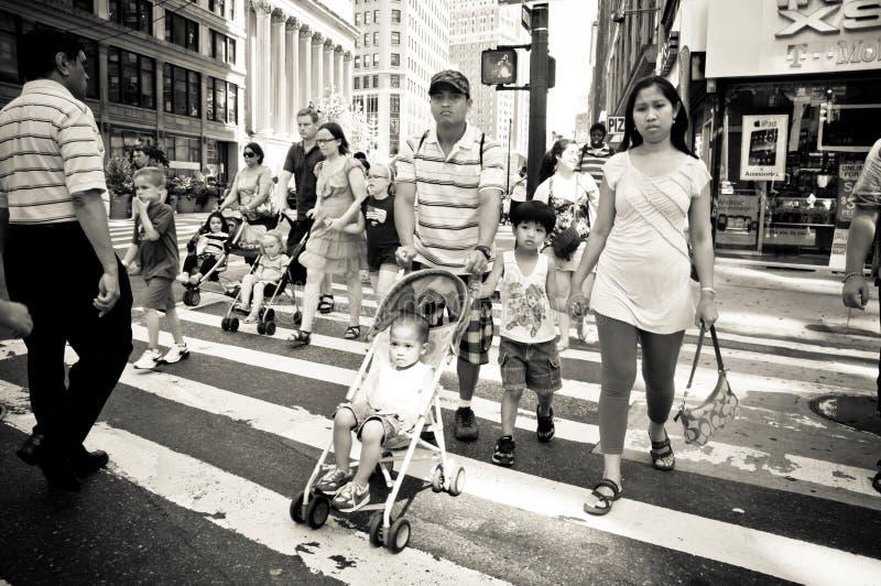 Pais que andam as ruas movimentadas de New York fotografia de stock royalty free
