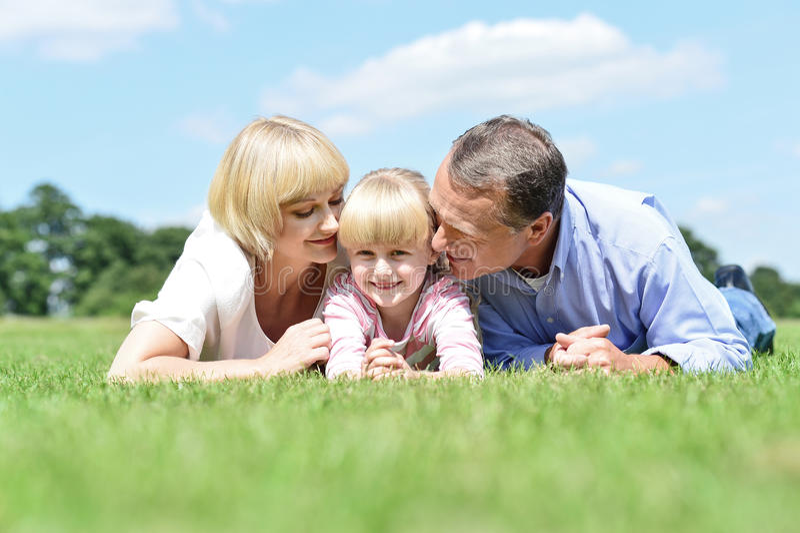 Pais que beijam seu anjo doce foto de stock royalty free