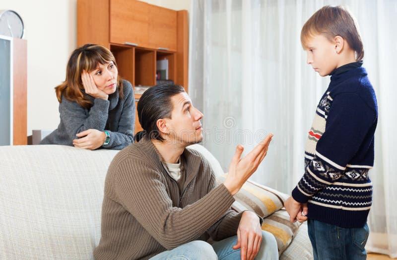 Pais que censuram sua criança adolescente imagem de stock