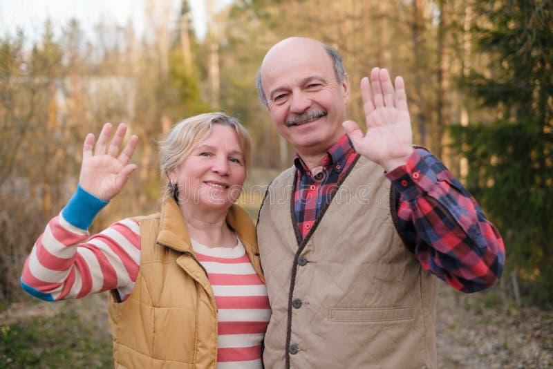 Pais que dizem o adeus a suas crianças que acenam as mãos imagem de stock royalty free