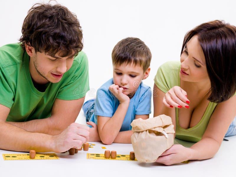 Pais que jogam dentro com filho pequeno fotografia de stock royalty free