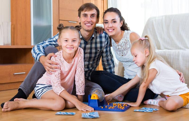 Pais que jogam o loto com crianças fotos de stock royalty free