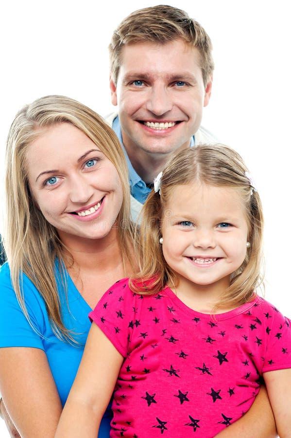 Pais que levantam com a filha de sorriso bonito fotos de stock royalty free