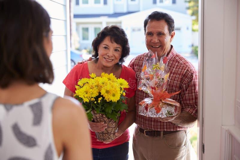 Pais que visitam a filha latino-americano na casa nova fotos de stock