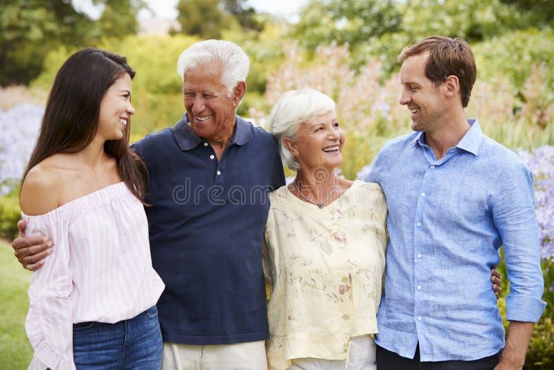 Pais superiores com as crianças adultas na caminhada no parque fotos de stock royalty free
