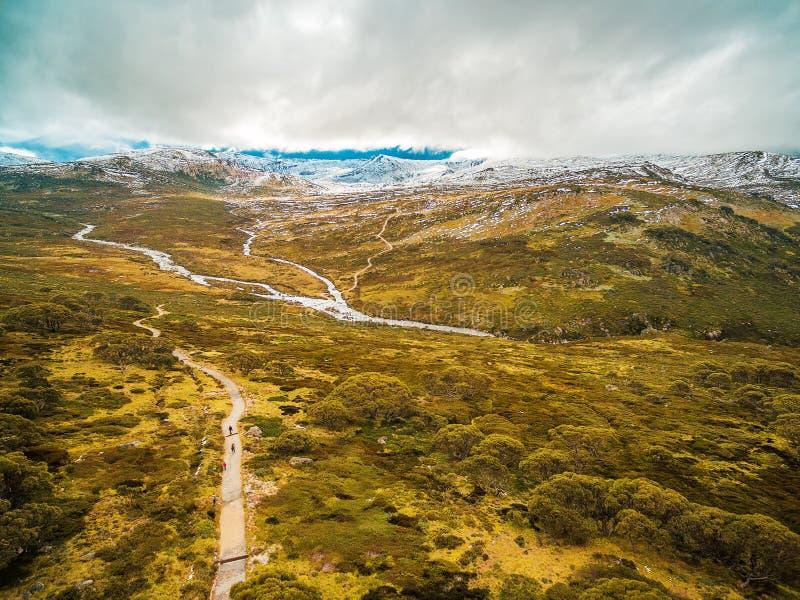 Paisagem aérea de montanhas nevado no parque nacional de Kosciuszko, foto de stock