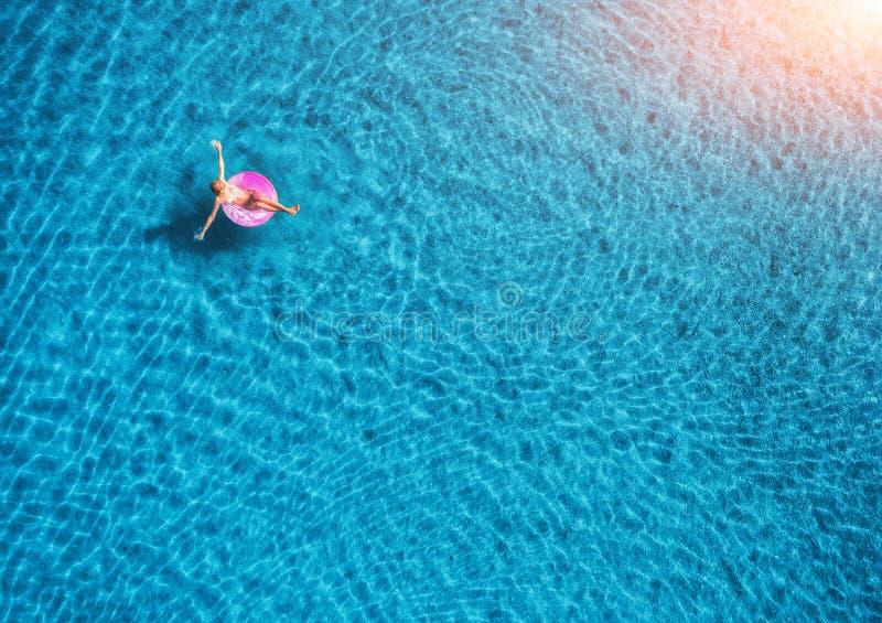 Paisagem aérea do verão com menina, água clara na noite fotos de stock royalty free