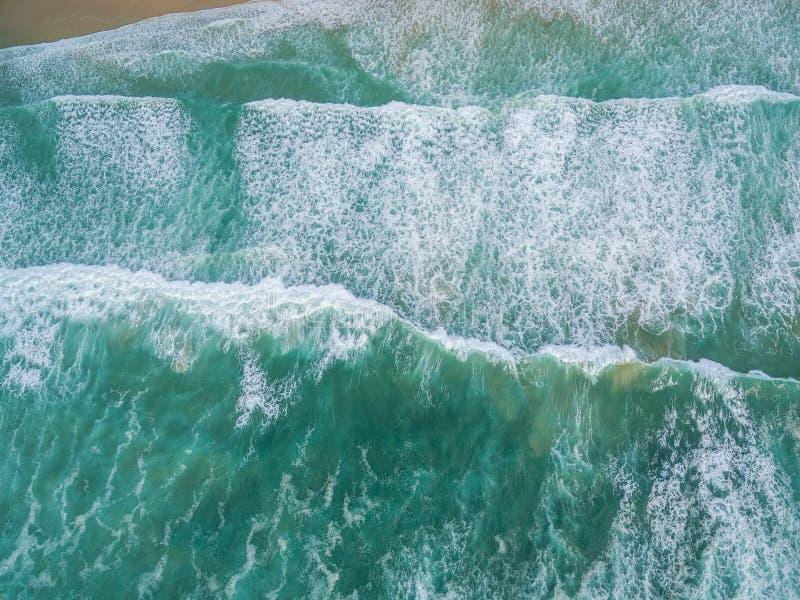 Paisagem aérea que olha para baixo em esmagar ondas de oceano de turquesa fotografia de stock royalty free