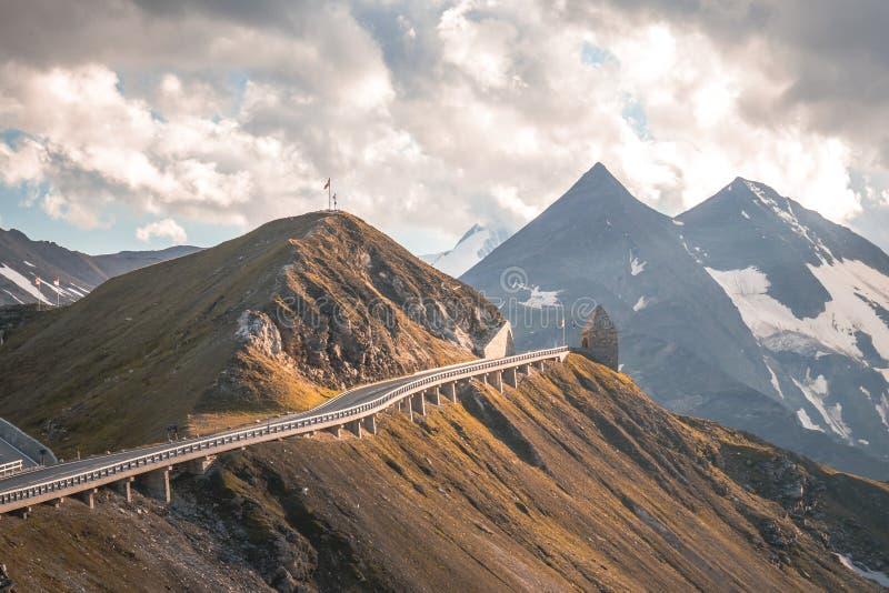 Paisagem alpina da montanha no outono Estrada alpina elevada de Grossglockner Áustria imagens de stock royalty free
