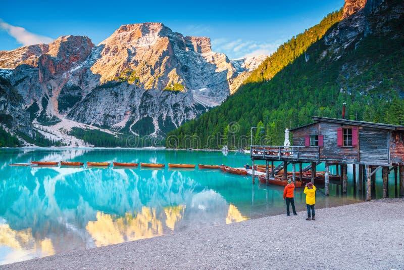 Paisagem alpina do verão com o lago da montanha de turquesa, dolomites, Itália, Europa foto de stock