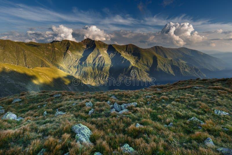 Paisagem alpina em um dia nebuloso fotos de stock royalty free