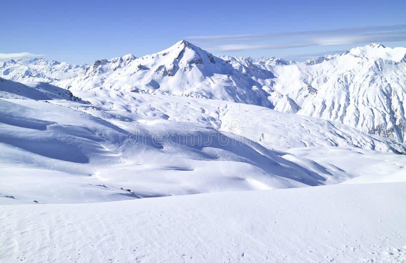 Paisagem alta dramática do inverno da opinião superior das montanhas dos cumes imagens de stock royalty free