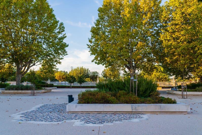 Paisagem arquitetónica do parque na cidade de Batalha, Portugal canteiro de flores no parque fotos de stock royalty free