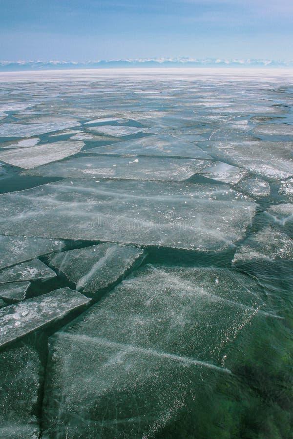 Paisagem azul com uma vista de um lago coberto com o gelo de rachadura fotografia de stock royalty free