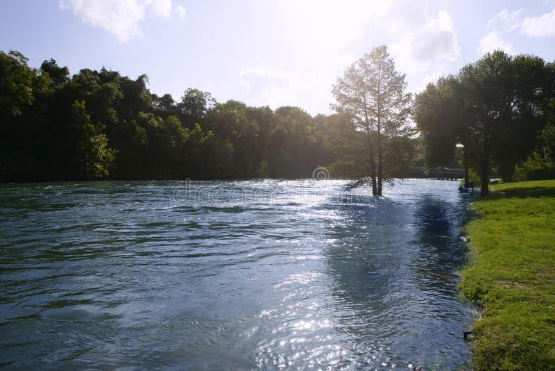 Paisagem azul do rio perto de San Antonio Texas imagem de stock