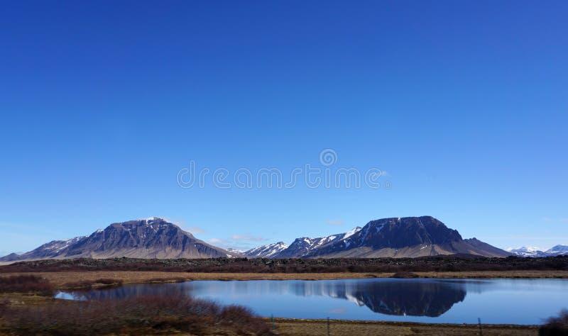 Paisagem bonita ao longo da viagem por estrada em Islândia imagens de stock