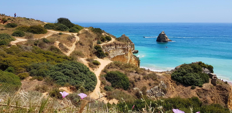 Paisagem bonita: caminhando trajetos em penhascos rochosos perto do Praia Dona Ana da praia, Lagos, Portugal imagens de stock royalty free